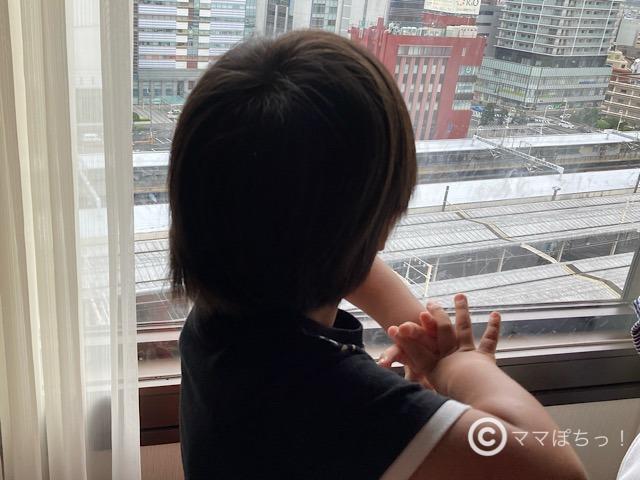 ホテルアソシア静岡で電車を見る息子の写真です。