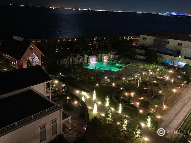 シェラトン・グランデ・トーキョーベイ・ホテルの部屋からのオーシャンビュー(夜景)です。