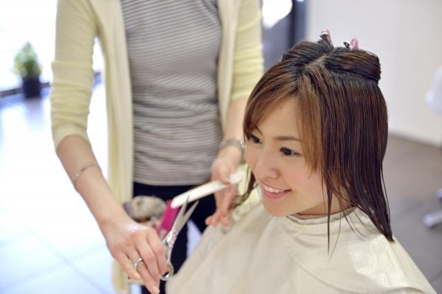 美容院で行われるブロッキングのイメージ写真です。