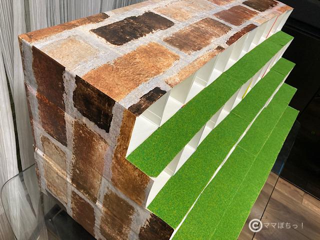 牛乳パックで作る、プラレール車両用収納棚の作り方の写真です。