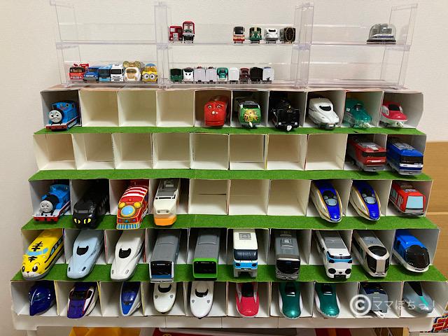 牛乳パックと100均商品でDIYした、プラレール車両用「見せる収納棚」の写真です。