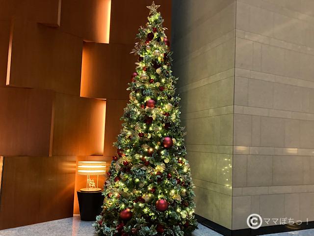 ホテルメトロポリタン丸の内のロビーにある、クリスマスツリーの写真です。