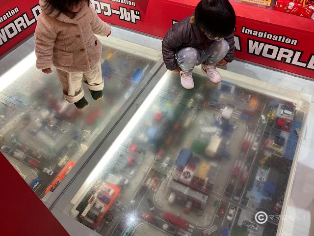 東京駅のトミカショップにあるジオラマの写真です。