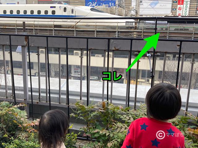 交通会館の屋上庭園「有楽町コリーヌ」から見える電車の写真です。