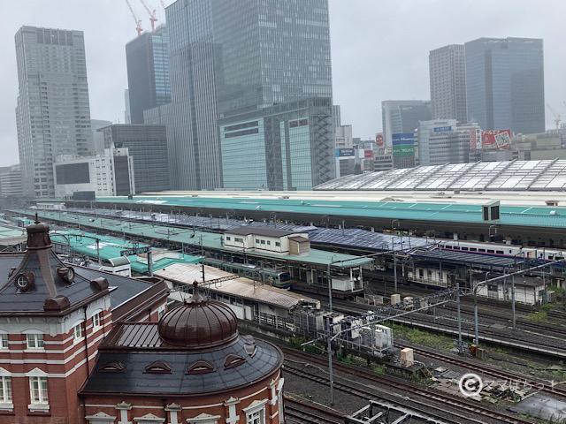 新幹線や電車が見えるスポット・KITTE屋上庭園からの展望の写真です。