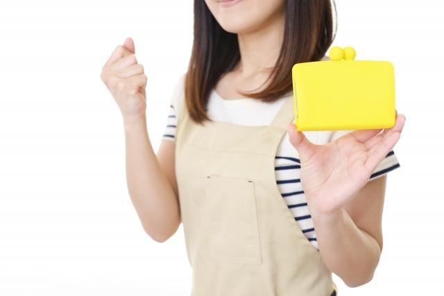 お財布を持つ女性の写真です。
