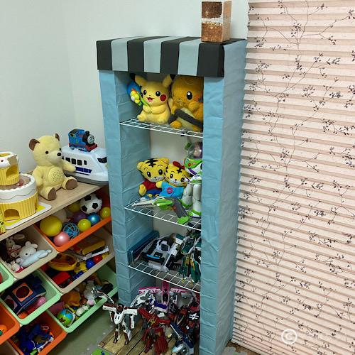 牛乳パックで手作りDIYした「子供のおもちゃ収納棚」の写真です。