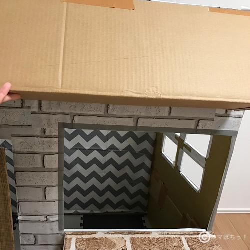 手作りダンボールハウスに屋根を付ける方法(作り方)の写真です。
