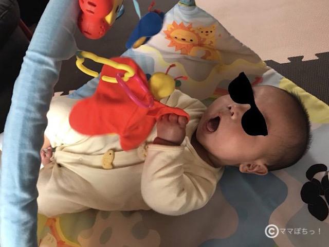 こどもちゃれんじベビー特別号の「ベビージム」のしかけで遊ぶ子供の写真です。