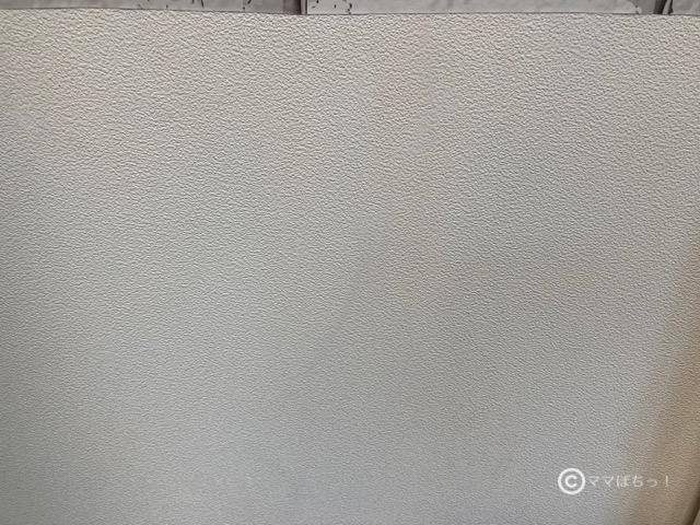 壁のチョーク汚れ(落書き)を消した後の写真です。