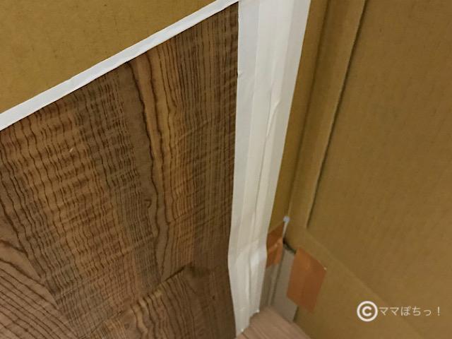 手作りの「おしゃれカフェ風ダンボールハウス」につけたドアの写真です。