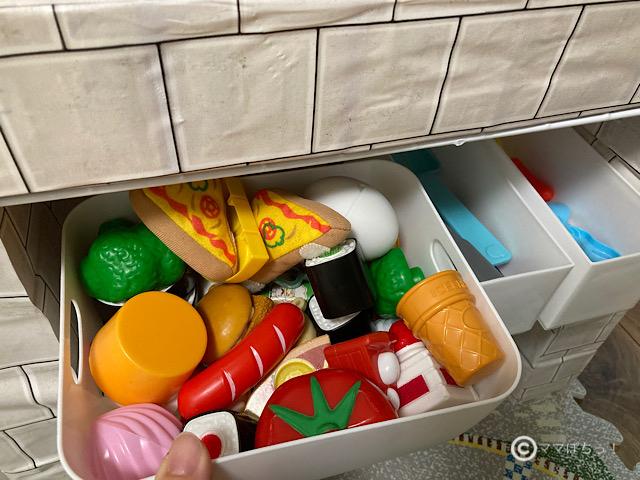 牛乳パックとダンボールで手作りDIYした「ままごとキッチン」の写真です。