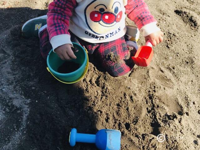 こどもちゃれんじベビー1歳4ヵ月号の「1さいのすなあそびセット」で遊ぶ子供の写真です。