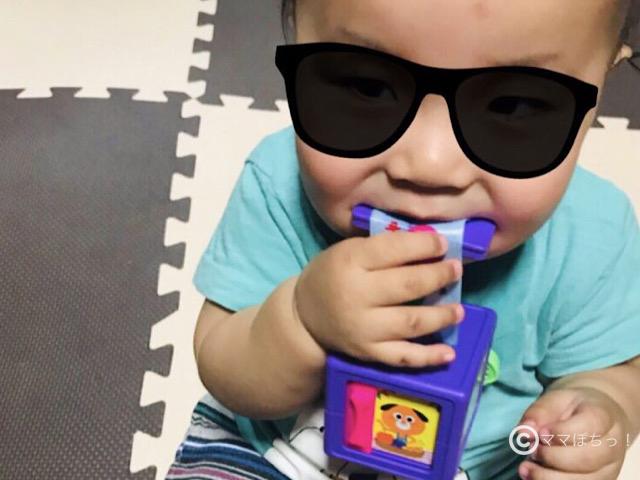こどもちゃれんじベビー8ヵ月号の「でるでるキューブ」で遊ぶ子供の写真です。