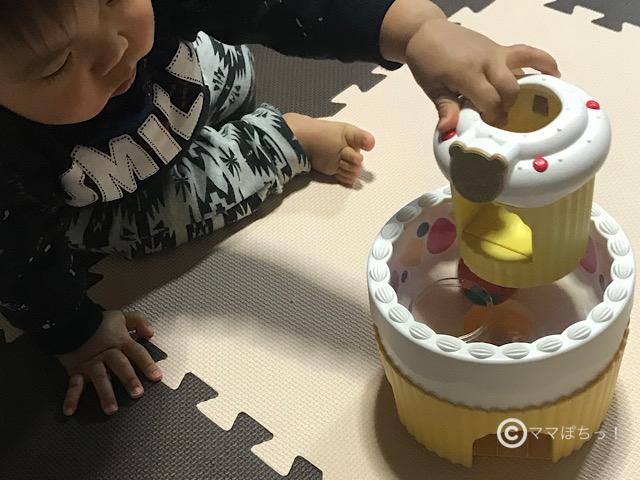 こどもちゃれんじベビーの「ころりんメロディーケーキ」と「くるくるバースデーケーキ」で遊ぶ子供の写真です。