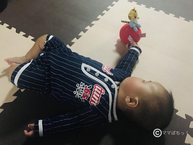 こどもちゃれんじベビー6ヵ月号のおもちゃで遊ぶ子供の写真です。