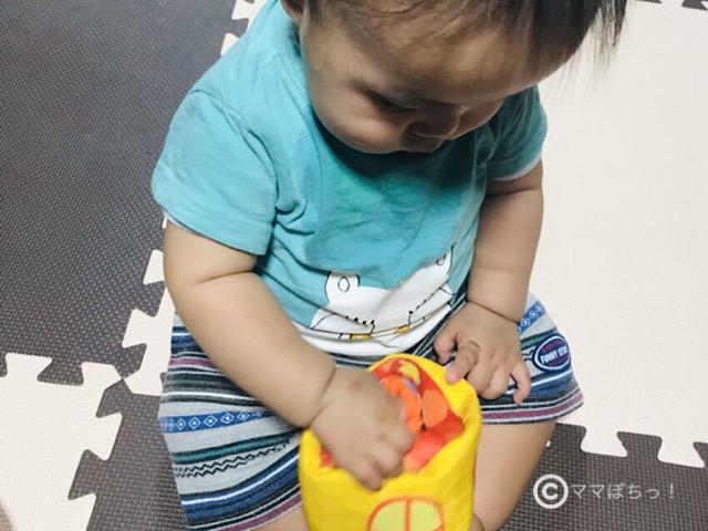 こどもちゃれんじベビー10ヵ月号の「木のカチカチつみきセット」で遊ぶ子供の写真です。