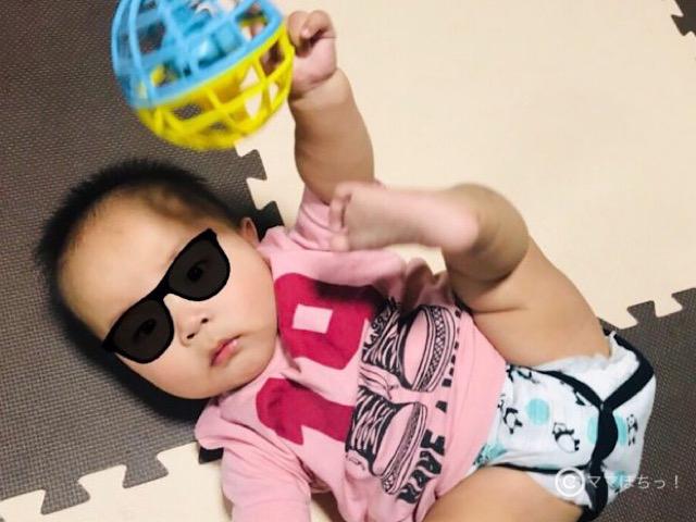 こどもちゃれんじベビー7ヵ月号の「にぎにぎワンダーボール」で遊ぶ子供の写真です。