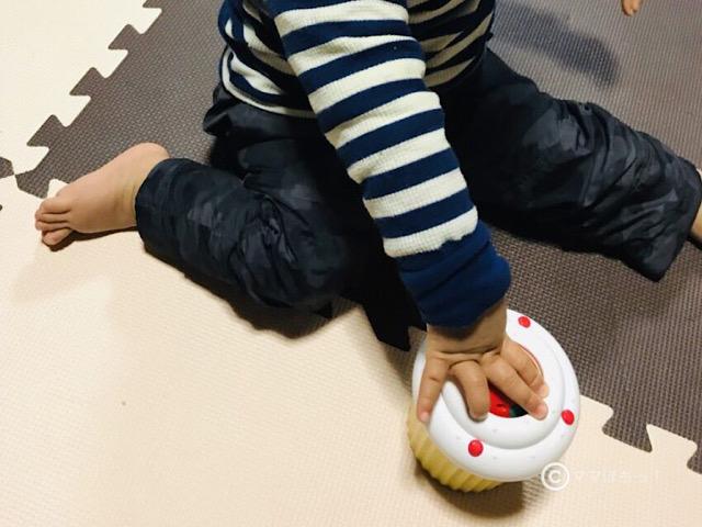 こどもちゃれんじベビー1歳号の「ころりんメロディーケーキ」で遊ぶ子供の写真です。