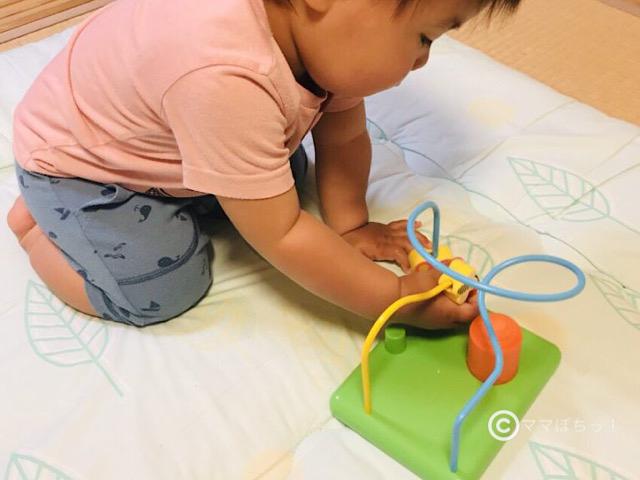 こどもちゃれんじベビー11ヵ月号の「すいすいルーピングコースター」で遊ぶ子供の写真です。
