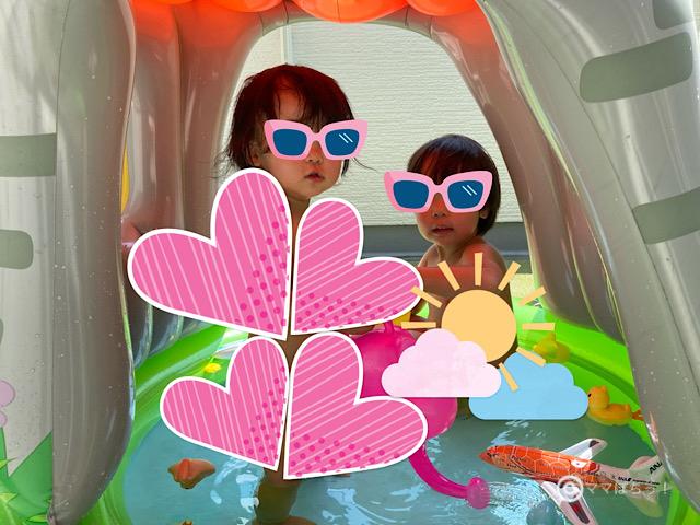小さい家庭用「屋根付きプール」で遊ぶ子供の写真です。